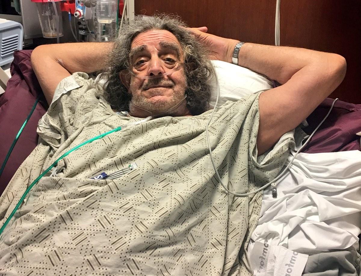 O ator Peter Mayhew se recuperando de uma cirurgia em uma cama hospitalar (Foto: Twitter)