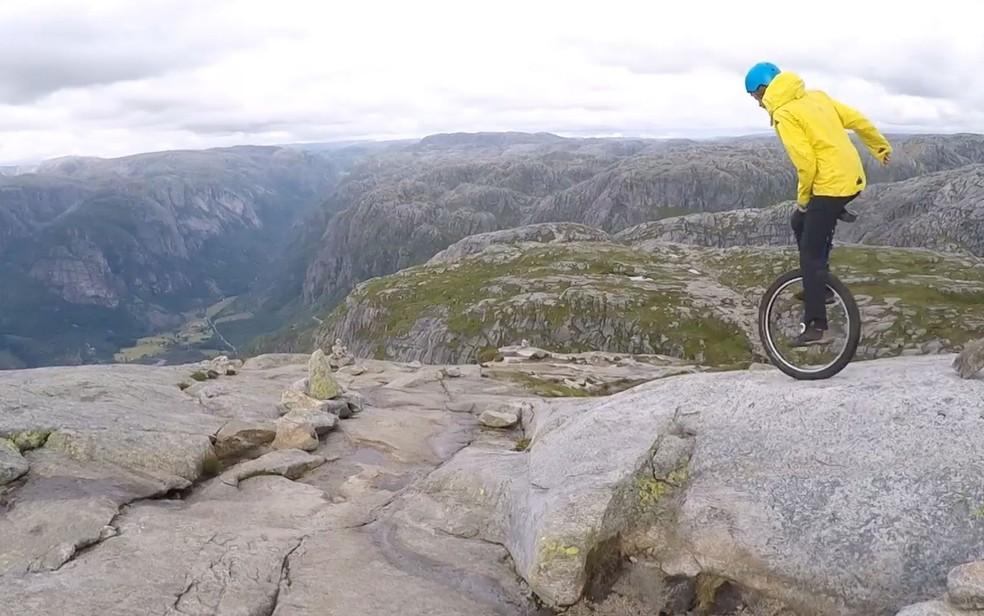 -  O alemão que ganha a vida descendo montanhas de monociclo  Foto: Reprodução/BBC
