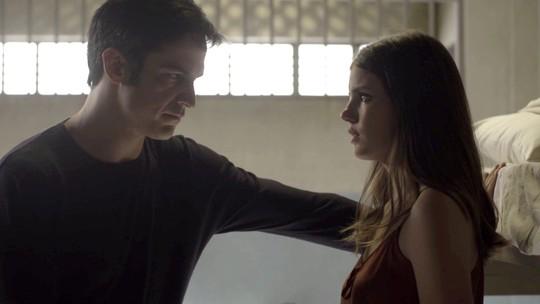 Luiza visita Eric na cadeia e ouve proposta