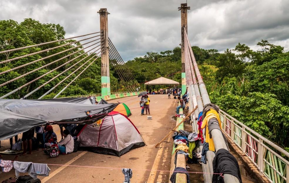 Imigrantes ainda ocupam ponte em Assis Brasil, no Acre  — Foto: Raylanderson Frota/Arquivo pessoal