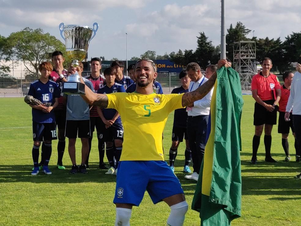 Douglas Luiz, do Aston Villa, foi eleito o melhor jogador do Torneio Maurice Revello, em julho — Foto: Reprodução Twitter/TournoiMRevello