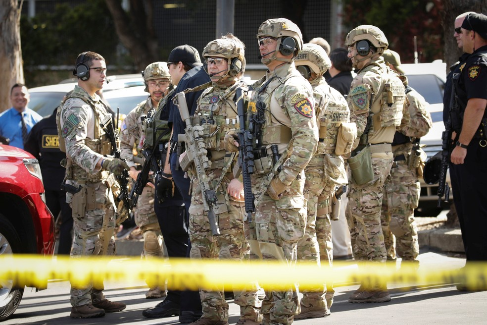 Membros da Swat respondem nesta terça-feira (3) a tiroteio na sede do YouTube na Califórnia (Foto: Elijah Nouvelage/Reuters)