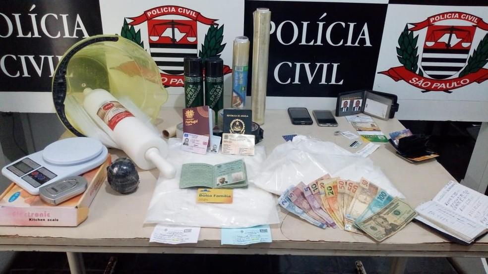 Trio foi localizado com porções de entorpecentes em Guarujá, SP — Foto: Divulgação/Polícia Civil