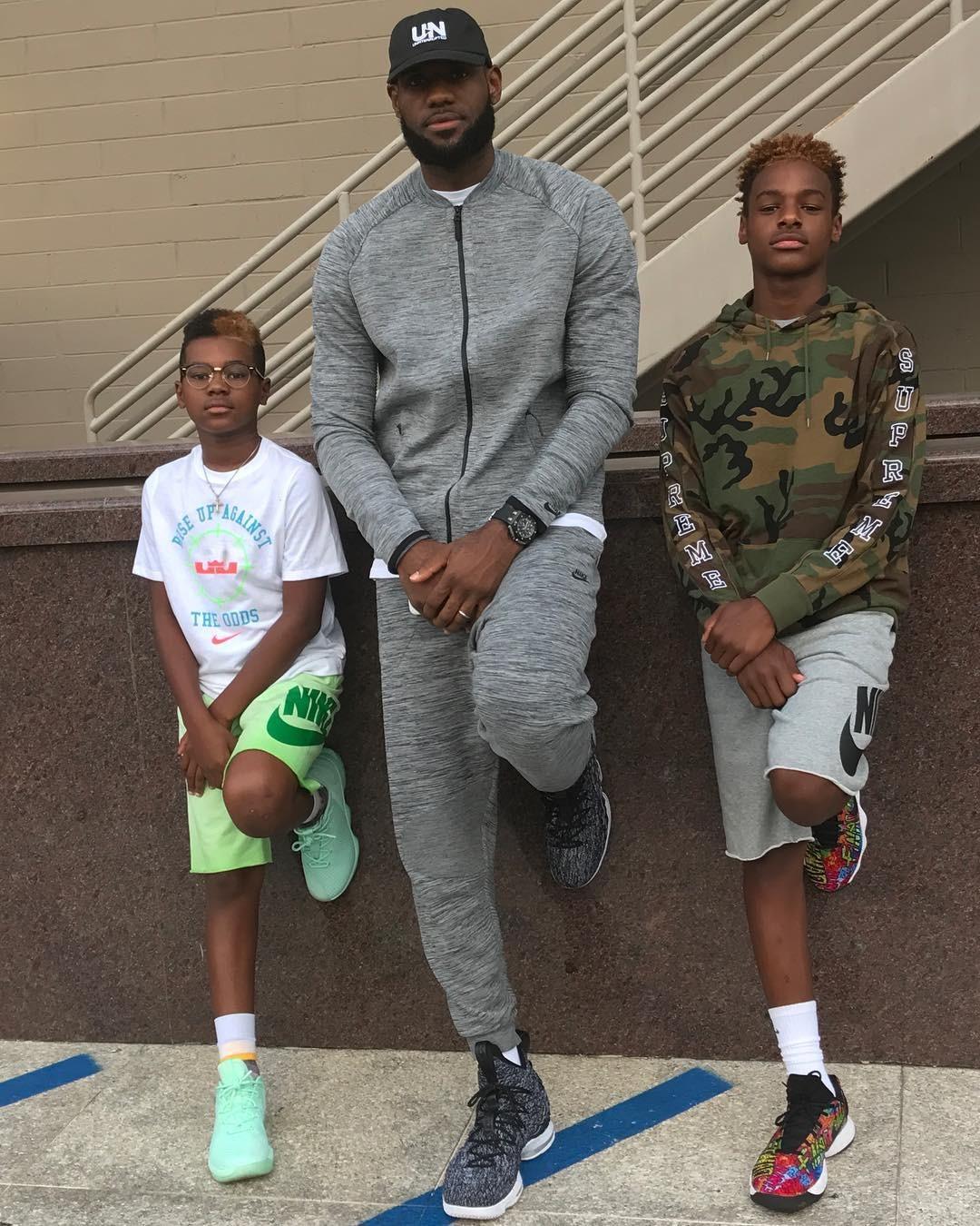 LeBron James com os filhos Bryce e LeBron Jr. (Foto: Reprodução/Instagram)
