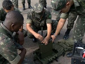 Militares do Exército do Rio de Janeiro preparam equipamento para ação no Espírito Santo (Foto: Reprodução/TV Gazeta)