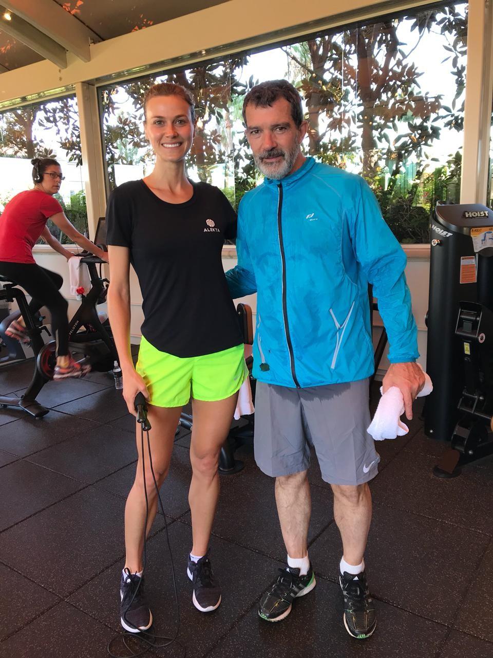 Renata Kuerten encontrou Antonio Banderas em academia de Los Angeles (Foto: Reprodução / Instagram)