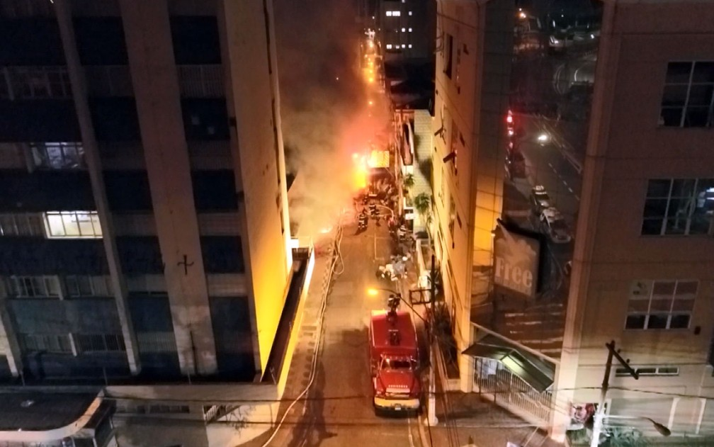 Bombeiros combatem incêndio no Centro de Campinas — Foto: Reprodução/EPTV