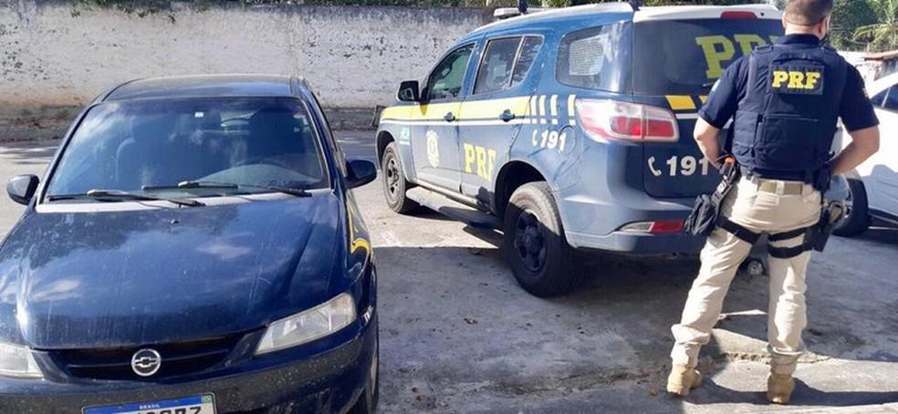 Foragido por homicídio é preso com carro roubado na BR-101, no sul da Bahia — Foto: Divulgação/PRF
