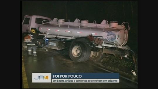 Colisão envolvendo ônibus de turismo e outros 2 acidentes com mortes são registrados em rodovias de SC
