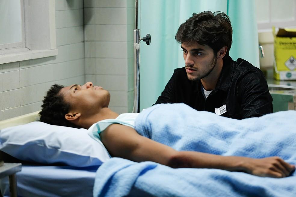 Wesley (Juan Paiva) confessa a Jonatas (Felipe Simas) que não sente as pernas — Foto: Pedro Carrilho / Gshow