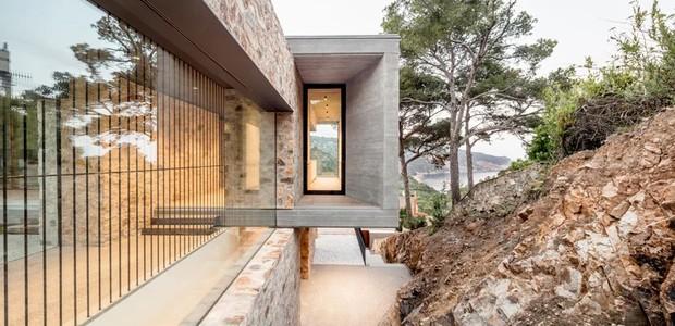 Por todos os cantos, verdes, pedras e terra cercam a construção (Foto: Nordest Arquitectura/ Reprodução)