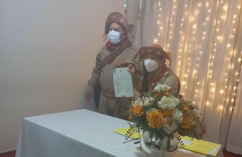 São João: sem festa junina por causa da pandemia, casal se veste à caráter em cerimônia de casamento no DF