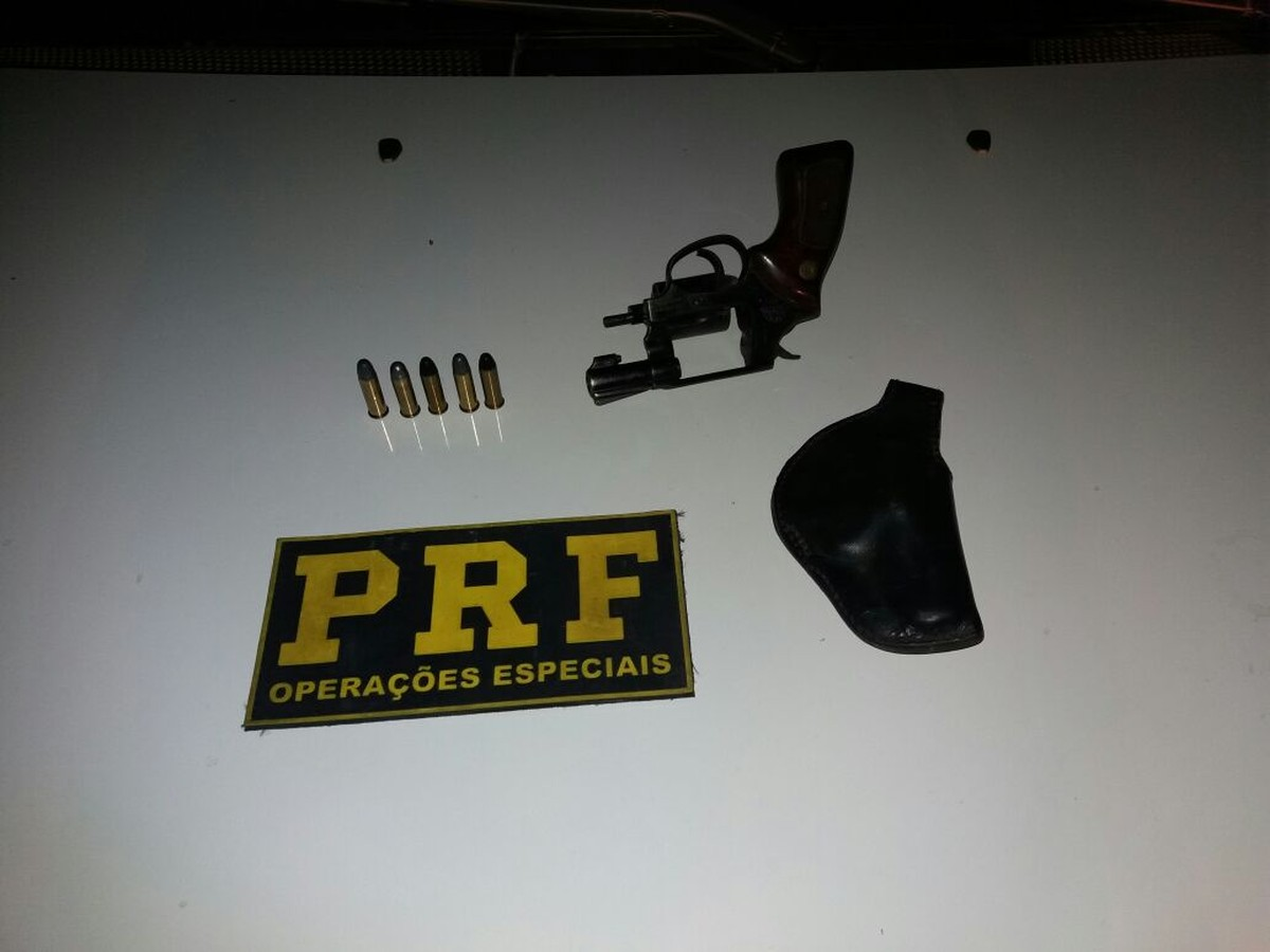 Jovem é preso com revólver na BR-432 durante ação da PRF no Cantá, em RR