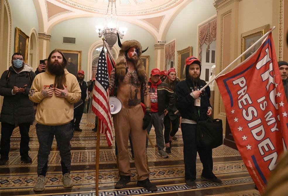 Manifestantes pró-Trump adentram o Capitólio em protesto — Foto: Saul Loeb/AFP