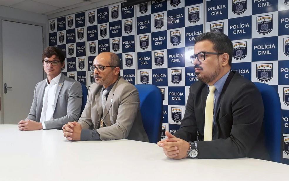Delegados Augusto de Castro, Ivaldo Pereira e Bruno Magalhães (da esquerda para a direita) apresentaram o caso em coletiva de imprensa no Recife — Foto: Polícia Civil/Divulgação