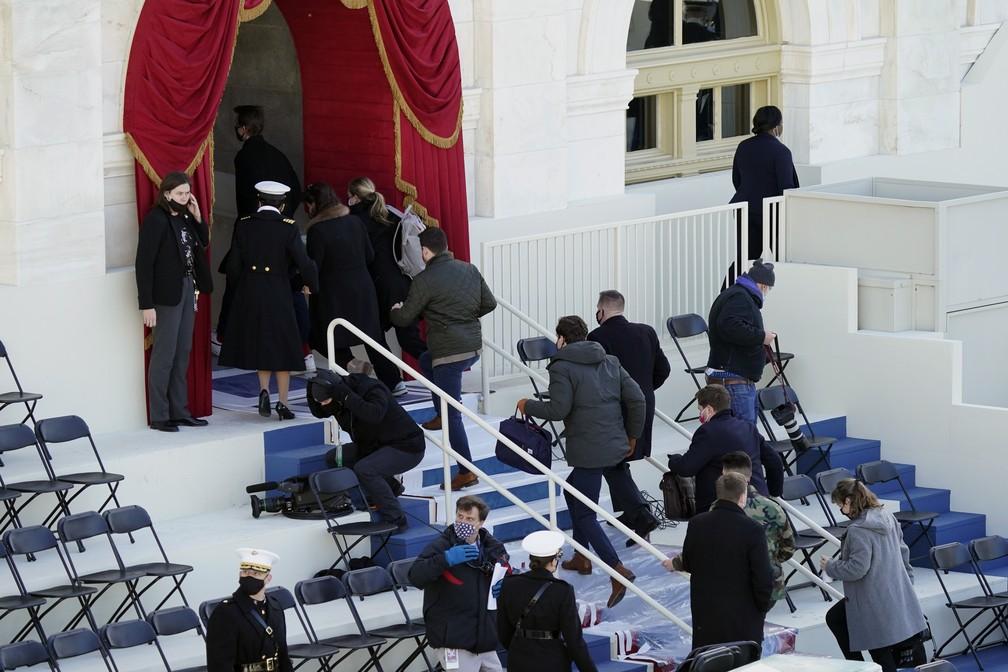 Pessoas são retiradas da parte externa do Capitólio dos EUA durante ensaio para a posse do presidente eleito, Joe Biden, que ocorre na quarta-feira (20) em Washington D.C. — Foto: Carolyn Kaster/AP