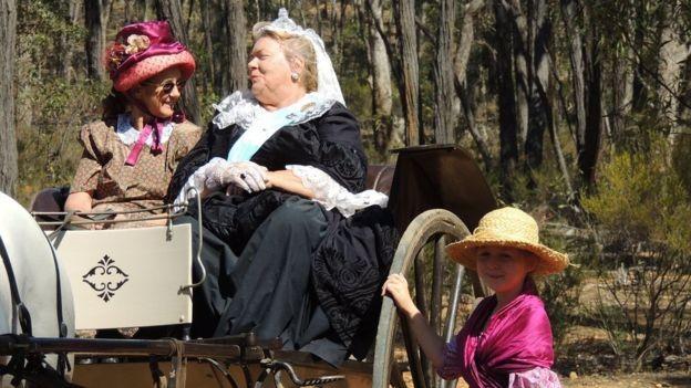 Uma mulher local participou das comemorações vestida como a rainha Victoria (1819-1901) (Foto: CHRISTOPHER SIMMINS via BBC News Brasil)