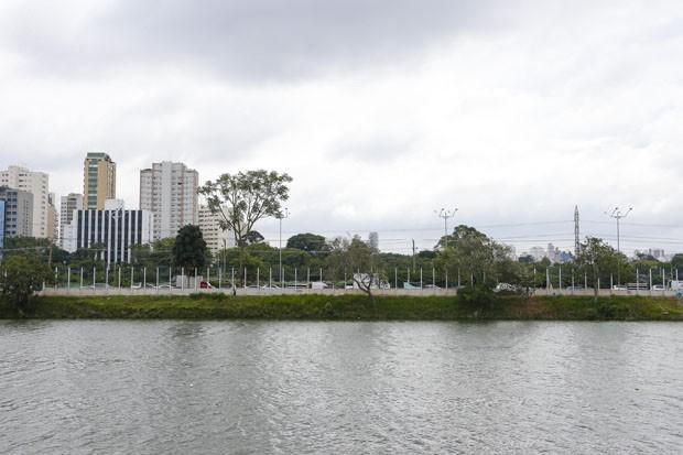 Muro de vidro: solução integra ou divide a cidade? (Foto: Marcos Santos/USP)