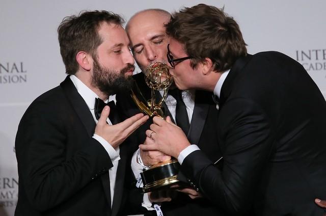 Gregório Duvivier, Fábio Porchat e Antonio Tabet, do Porta dos Fundos, com o troféu do Emmy (Foto: Divulgação)