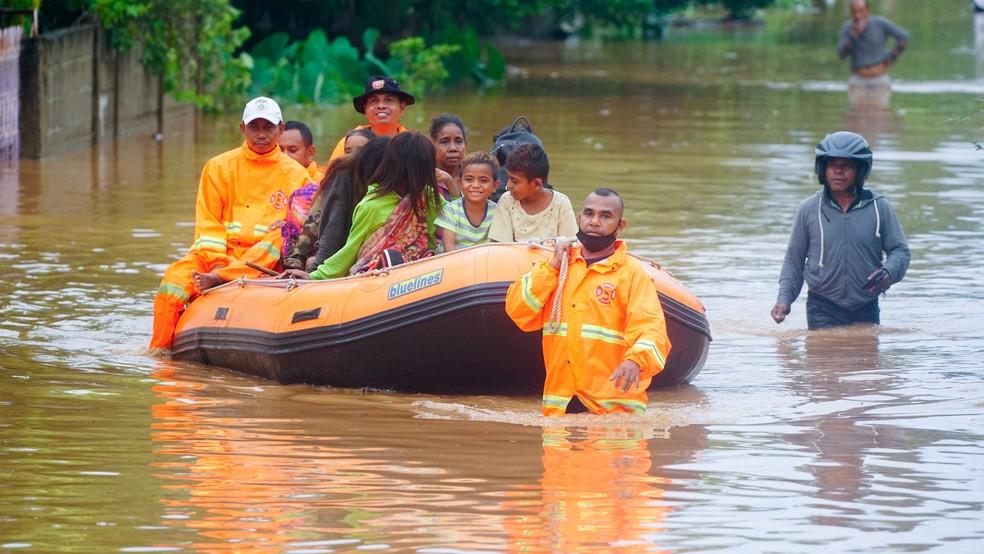 Moradores do Timor Leste são resgatados de enchente — Foto: Lirio da Fonseca/Reuters