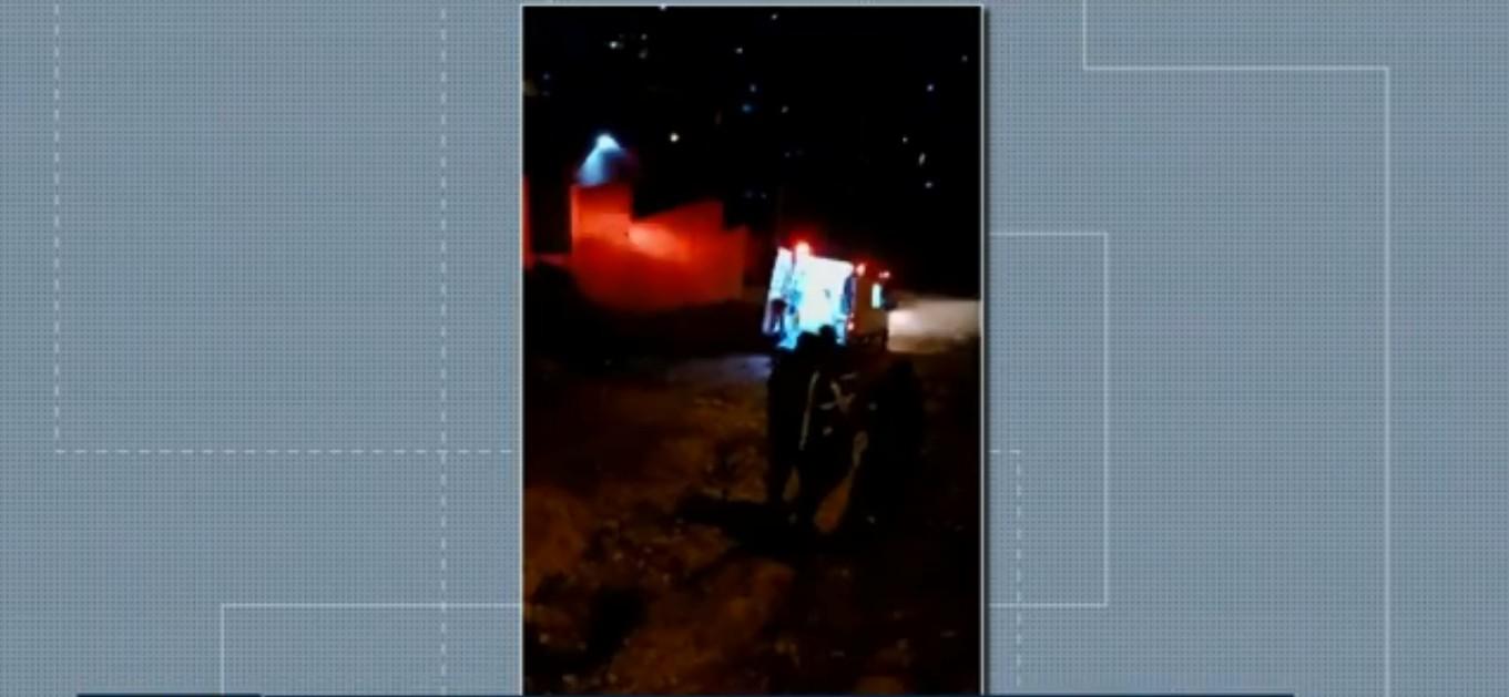 Condição do asfalto impede chegada de ambulância, e paciente com câncer é carregada até veículo no Paraná; VÍDEO