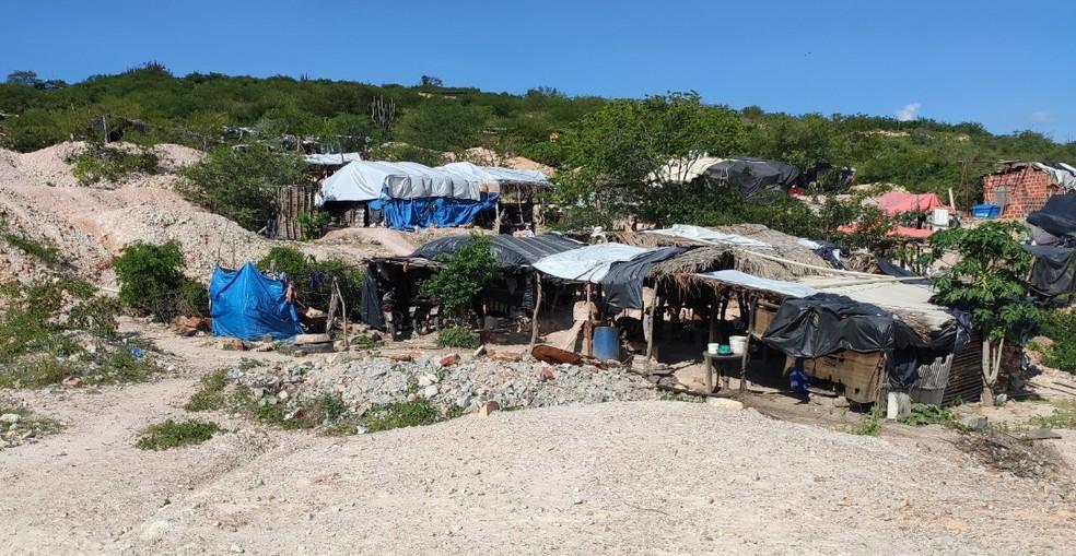 Homens estavam alojados em barracas improvisadas de lona e madeira na área do garimpo — Foto: Sinait Bahia/Divulgação
