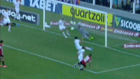 Gol do São Paulo! Daniel Alves recebe cruzamento de Vitor Bueno e marca. 9' do 2ºT.