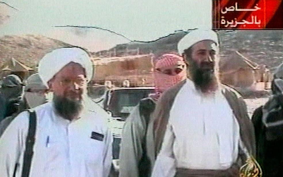 Imagem exibida pela emissora de TV Al-Jazeera em 5 de outubro de 2001 mostra Osama Bin Laden ao lado do egípcio Ayman al-Zawahri — Foto: Al-Jazeera via APTN