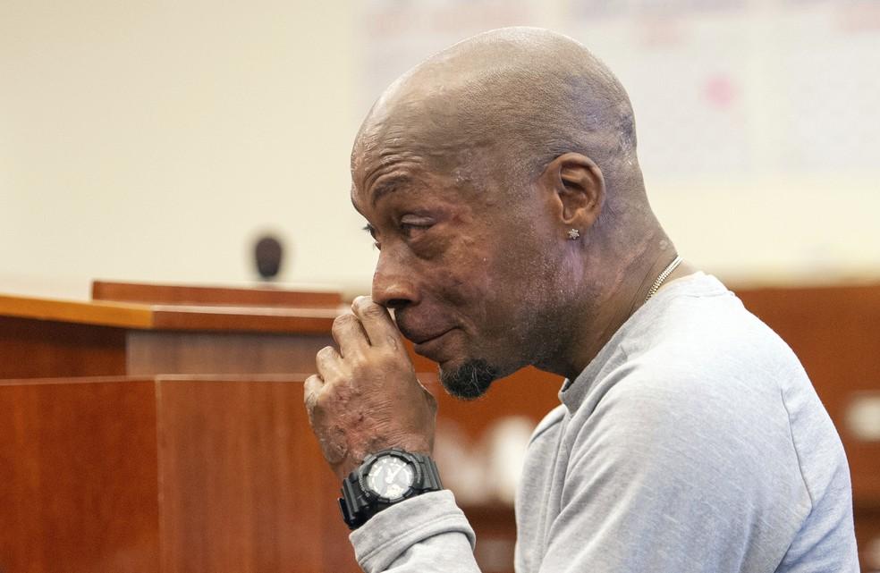 -  Dewayne Johnson reage após veredito de tribunal na Califórnia, que condenou Monsanto a pagar R$ 1,1 bilhão  Foto: Josh Edelson/Pool Photo via AP