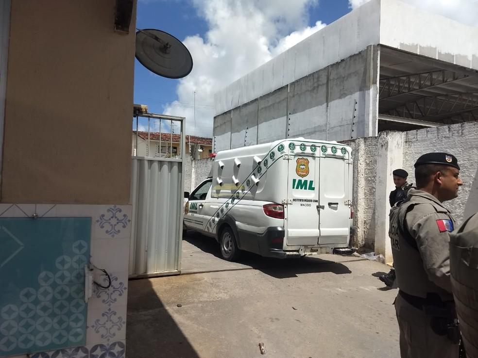 Carro do IML é acionado para recolher corpo do vereador Silvânio Barbosa, em Maceió (Foto: Derek Gustavo/G1)