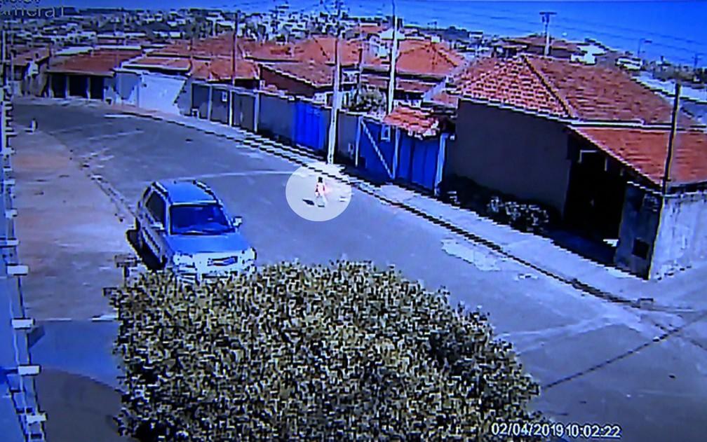 Vídeo mostra menino de 2 anos voltando para casa sozinho após deixar a creche em Cajuru, SP — Foto: Reprodução