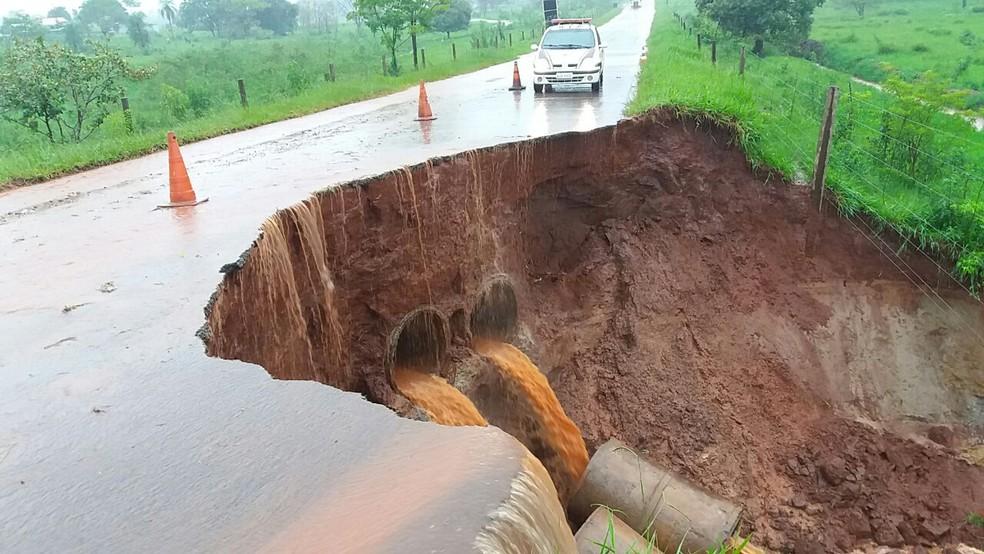 Pista da PR-576 foi interditada no feriado de Natal após erosão destruir parte da rodovia (Foto: PRE/Divulgação)