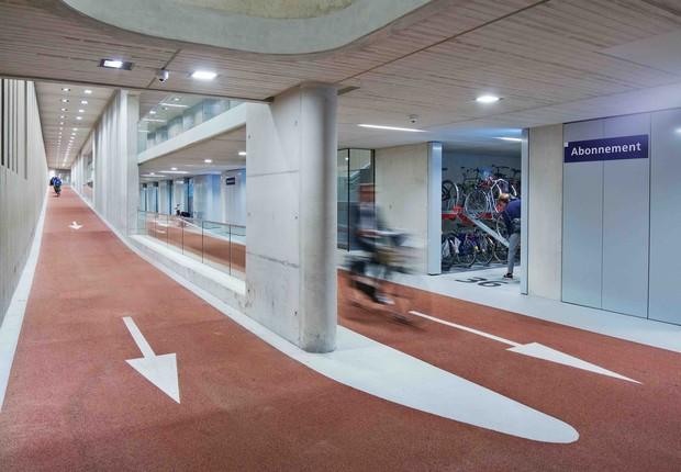 O estacionamento tem três andares e fica embaixo da estação central de trem (Foto: Petra Appelhof)