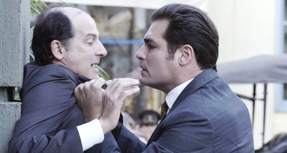 Como planejado por Susana, Darcy dá o bote em falso detetive que vai acusar Lorde Williamson (Foto: TV Globo)