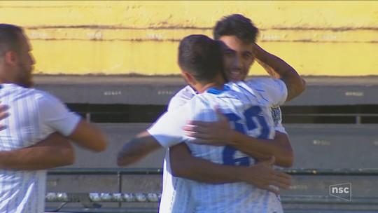 """Garçom de Getúlio, Iury elogia amigo e revela trabalho intenso de cruzamento: """"Treino muito"""""""