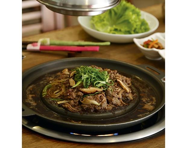 O prato mais concorrido do Portal da Coreia: bulgogi (contrafilé cru e marinado em molho agridoce) (Foto: Rogério Voltan)