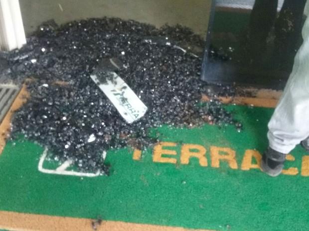 Vidros quebrados por manifestante durante ato por moradia na Terracap (Foto: Mateus Rodrigues/G1)