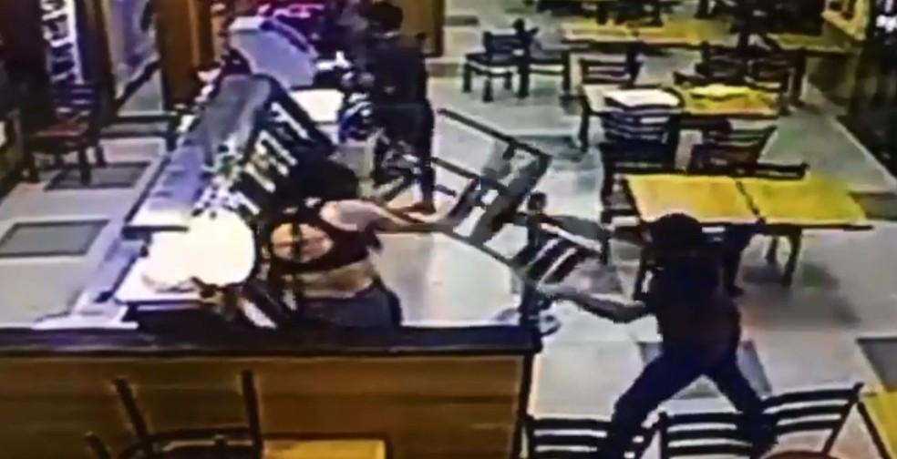 Transexual foi agredida com golpes de cadeira dentro de lanchonete do DF — Foto: Reprodução/Facebook