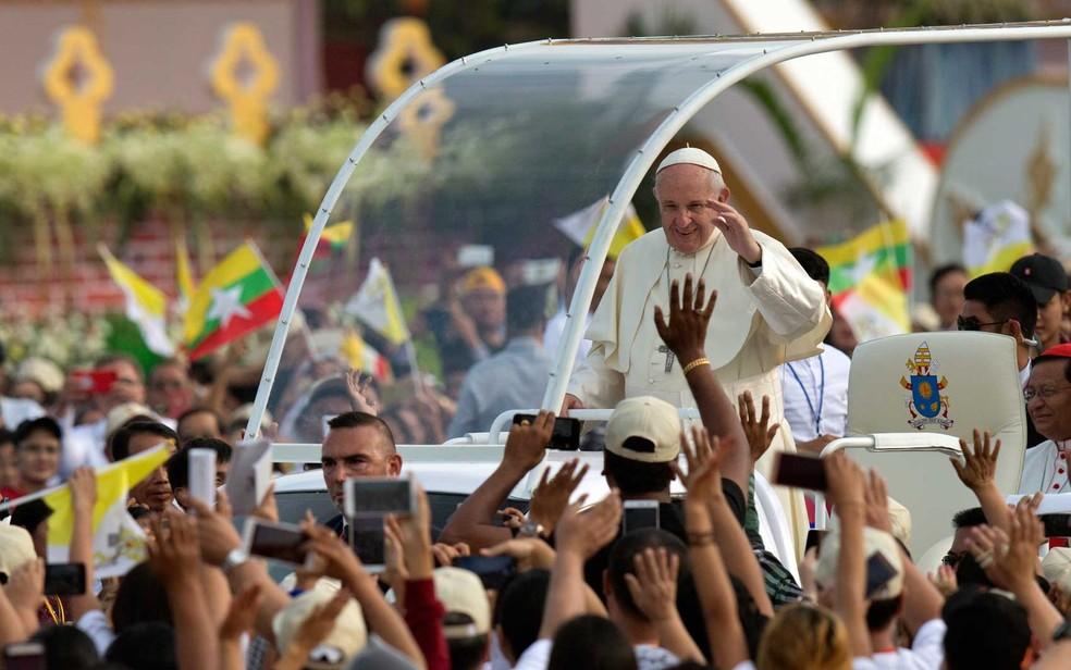 O Papa Francisco pouco antes de celebrar missa em Mianmar (Foto: Gemunu Amarasinghe / AP Photo)