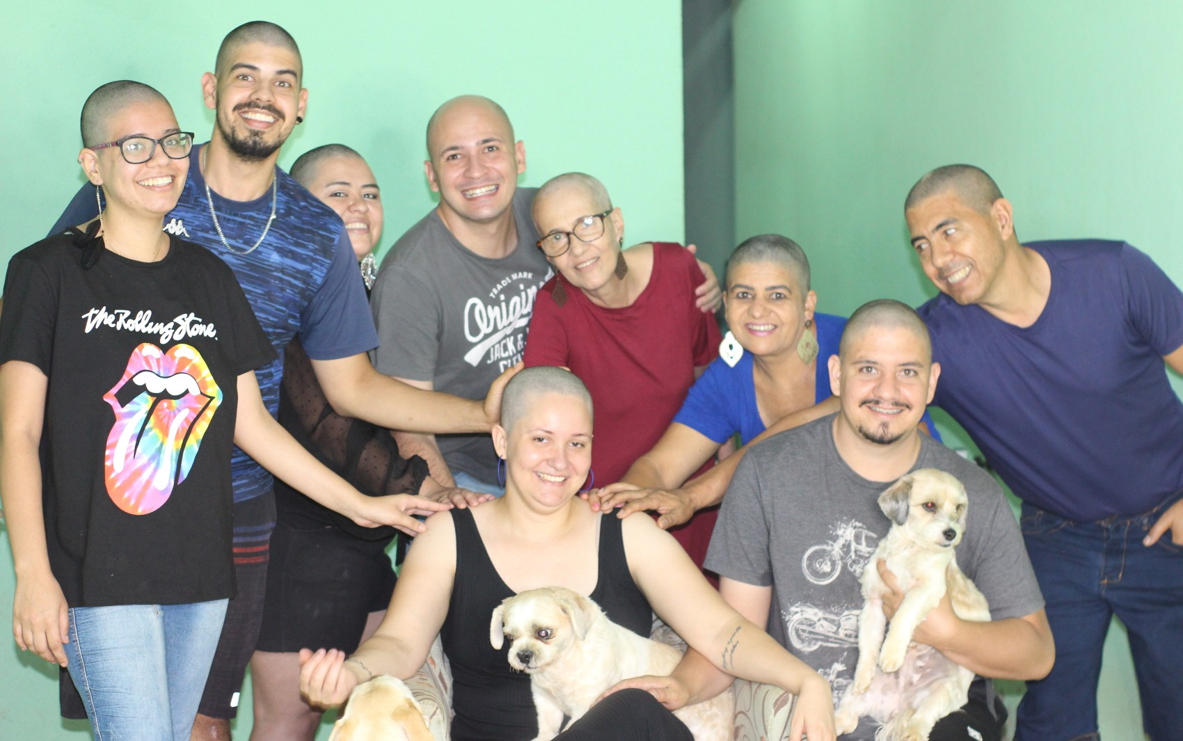 Família raspa o cabelo para apoiar mulher diagnosticada com câncer: 'Surpresa muito linda'