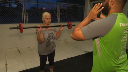 Aos 80 anos, idosa vira inspiração ao chegar às 5h na academia para fazer treino funcional no Acre