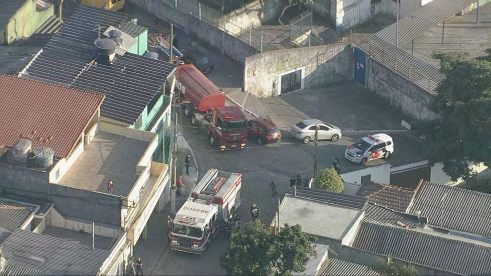 13 viaturas do Corpo de Bombeiros atuam em incêndio na Zona Leste de SP — Foto: Reprodução/TV Globo