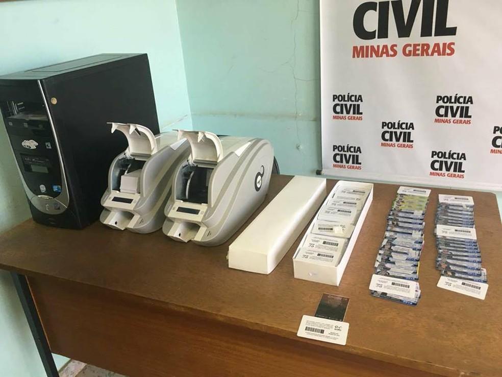 Mais de 20 mil carteiras estudantis foram localizadas (Foto: Polícia Civil/Divulgação)