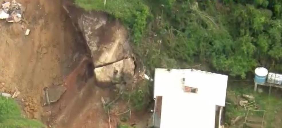 Rachadura em rocha no alto da comunidade sugere risco de novo deslizamento, segundo engenheiro — Foto: TV Globo