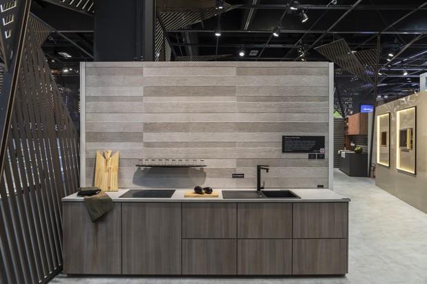 Acabamentos com cores e texturas diferenciados marcam presença no estande da DECA, na Expo Revestir 2019