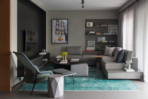 LIVING | A área social desse apartamento de 70 m² foi reformada para ser mais funcional. Ganhou uma decoração moderna e tons de cinza para realçar os objetos de decoração (Foto: Manu Oristanio  / Divulgação)