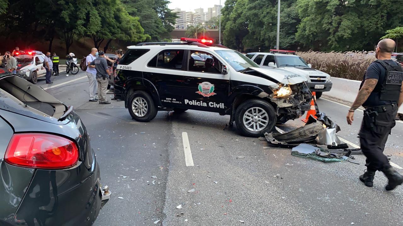 Duas pessoas ficam feridas em acidente entre viatura da Polícia Civil e outros 4 carros na Zona Sul de São Paulo