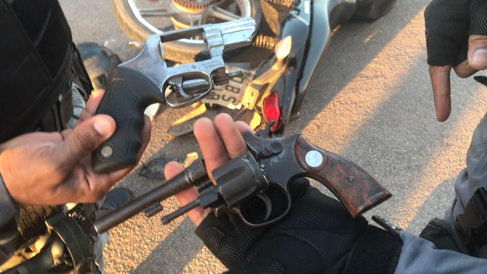Duas armas de fogo foram apreendidas com os suspeitos (Foto: PM-MT/ Divulgação)