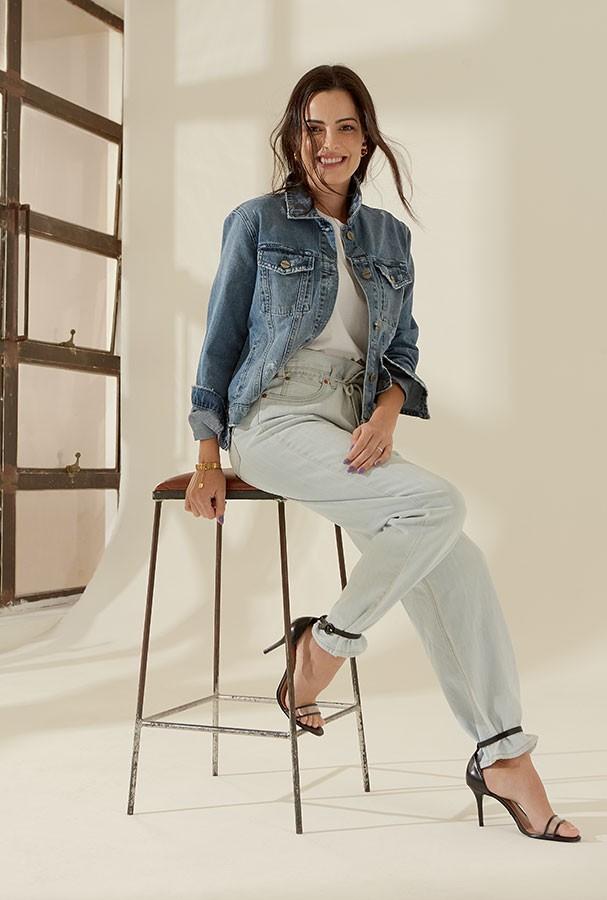 Jaqueta, R$ 700, Le Lis Blanc; camiseta, R$ 30, Hering; calça, R$ 300, Levi's. Brinco de argola, R$ 1.590, Vivara; brinco de bola, R$ 1.750, e pulseiras, a partir de R$ 1.640, tudo Dior; sandálias, R$ 70, Studio Z (Foto: Takeuchiss)