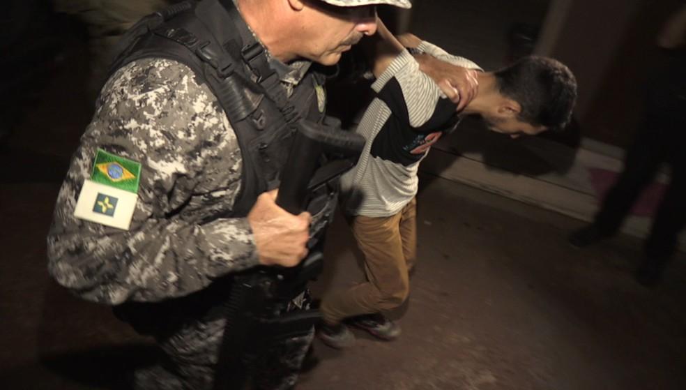 Os três brasileiros foram recebidos por agentes da Polícia Federal na Aduana da Ponte Internacional da Amizade, em Foz do Iguaçu, no oeste do Paraná, e levados para a Delegacia da Polícia Civil, onde passaram a noite — Foto: Reprodução/RPC